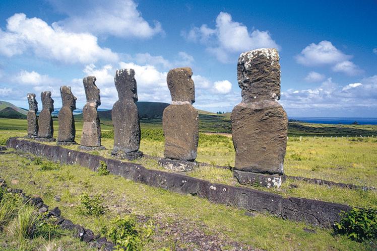 Contrairement à la majorité des ahu, dont les statues tournaient le dos à la mer, les sept moai de l'ahu Atiu font face à l'océan.