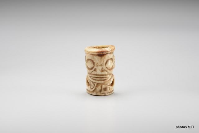 Ivi poo, ornement - Os humain - H. 4 cm, D. 3,3 cm - Archipel des îles Marquises - Collection MTI - TFM © Danee Hazama