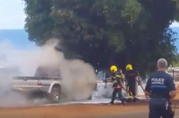 Les pompiers ont aspergé de mousse le véhicule en feu. (Crédit : Arcus Usang)