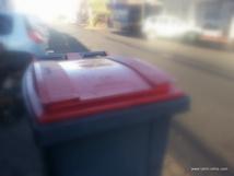 Les pieds-nickelés se baladent en ville avec leur butin dans une poubelle