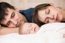Les nourrissons devraient dormir dans la chambre parentale pour réduire le risque de mortalité