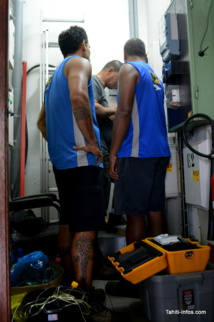Les techniciens de l'OPT en train d'installer la fibre optique dans les locaux de Tahiti Infos en juillet 2015.