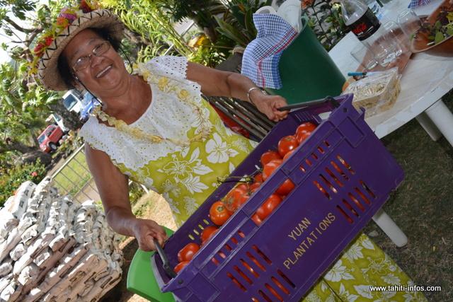 Les mama vous accueilleront avec le sourire dans les jardins de la mairie de Papara.