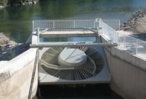 La turbine VLH fait trois mètres de diamètre et tourne très lentement. Les pales sont assez espacées pour laisser passer poissons, chevrettes et anguilles sans danger. Elle peut aussi se relever (comme sur la photo) pour les opérations de maintenance.