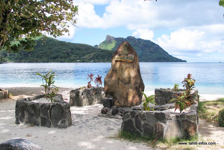 La stèle de la Hawaiki Nui Va'a à Huahine.