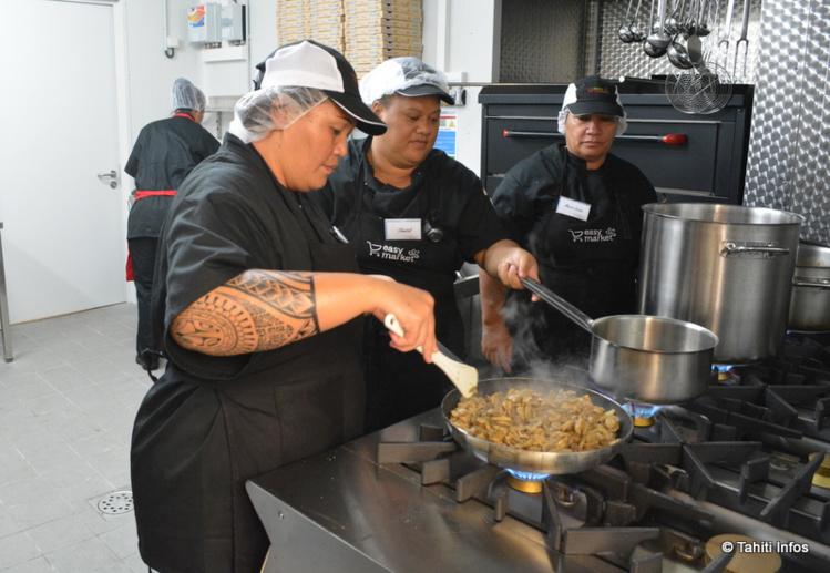 Les nouveaux employés du supermarché se préparent à devoir cuisiner pour tout le quartier!