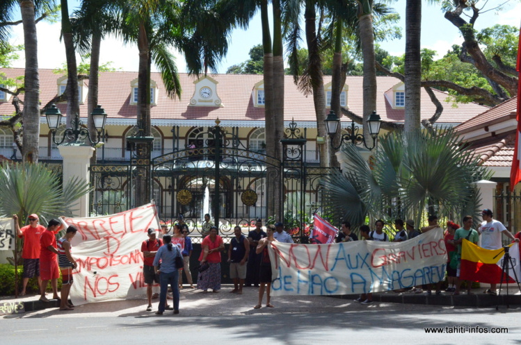 L'association 193 a manifesté mercredi matin devant la présidence à Papeete pour dénoncer des pressions faites par le Pays pour forcer la livraison aux Gambier de 122 mètres cubes de gravier en provenance de Hao.