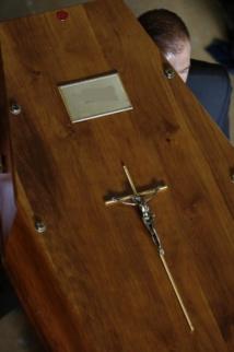 """Le décret a pour but de """" prendre en compte la situation d'urgence justifiée par des obsèques""""."""