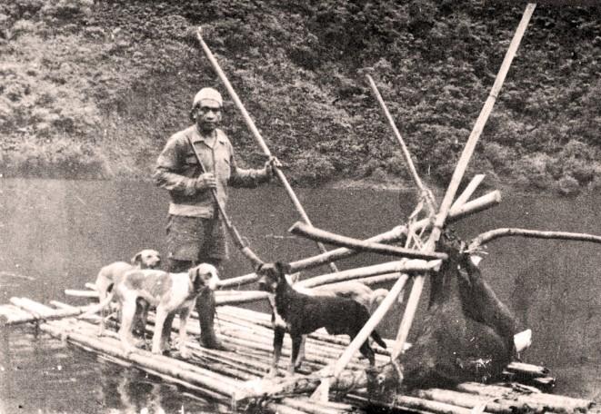 Radeau sur le lac Vaihiria dans les années 50. Photo coll Raymond Tuhio.