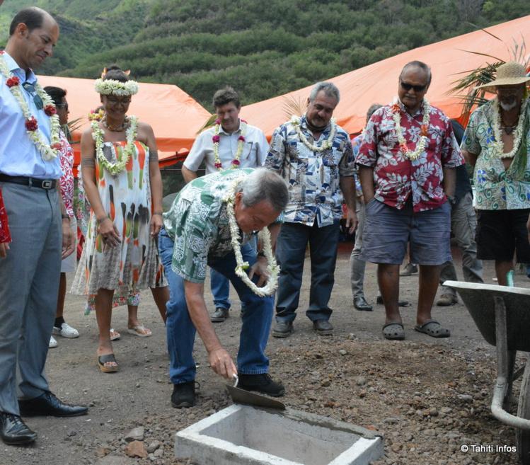 Les représentants des communes de Punaauia et Paea, avec les représentants de l'Etat et du Pays, ont posé à la Punaruu la première pierre de la fourrière intercommunale.