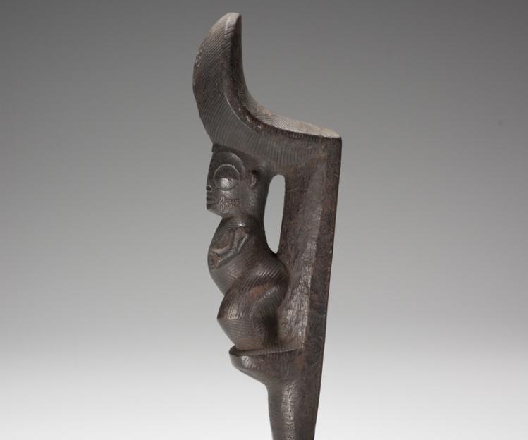 Tapuvae, étrier d'échasse - Bois - H. 35,5 cm - l. 6,5 cm - Ép. 10 cm - Collection Musée de Tahiti et des Îles © Danee Hazama