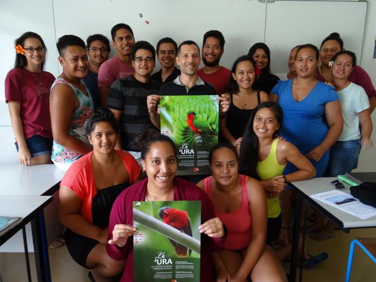 Les étudiants et leur enseignant Anthony Tchékémian rendent hommage à la splendide perruche des Australes.