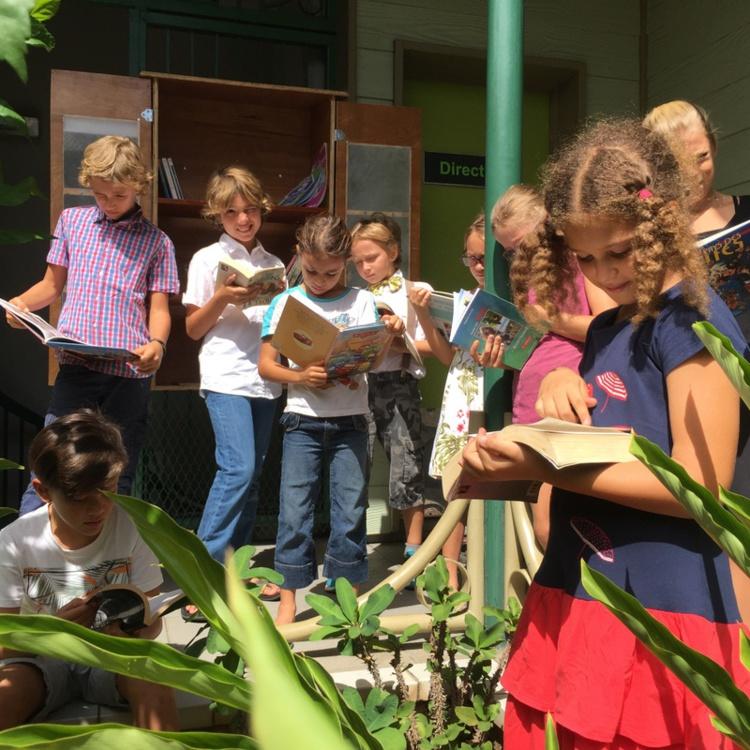 Les enfants de la classe de Théâtre ont eu la chance d'être les premiers à ouvrir la boite à lire et à découvrir ses trésors.