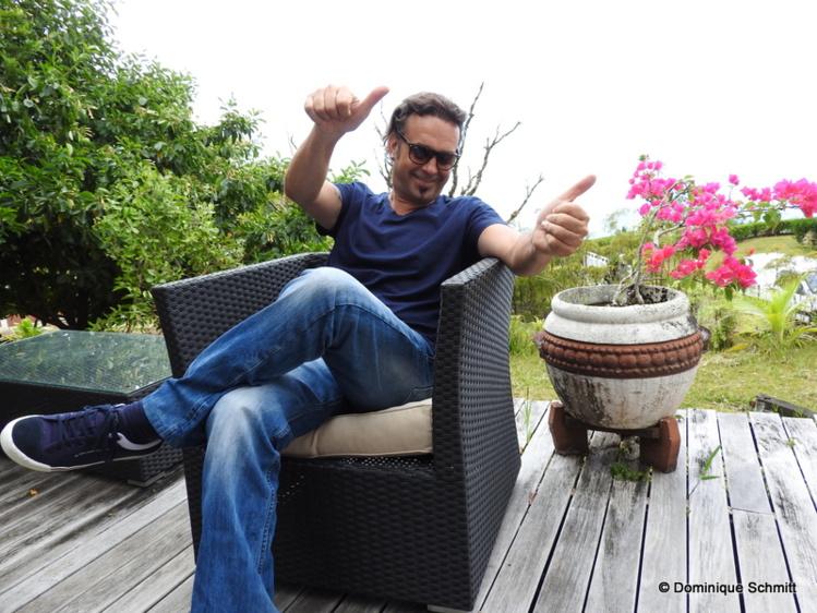 Léo Marais, membre du Collectif Tahiti Rock, invite le public polynésien à suivre un dress code : lunettes noires et chapeau !