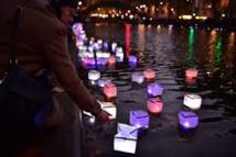 Commémorations du 13 novembre: des milliers de lanternes sur le canal Saint-Martin à Paris