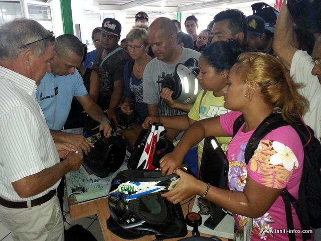Une centaine d'usagers de deux-roues se sont massés ce matin dans le showroom du concessionnaire partenaire de l'opération.