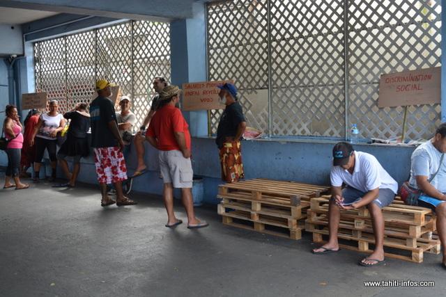 Les grévistes se sont déplacés devant l'accès menant aux urgences