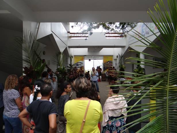prise de contact avec le personnel dans le patio de Polynésie 1ère à  Pamatai