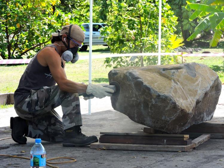 """Sculpteur aguerri, Jonathan Mencarelli a commencé lundi son œuvre """"in situ""""."""