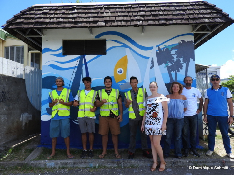 Les lycéens ont présenté ce matin, aux côtés de leurs enseignants, leur jolie fresque collective aux responsables de l'EDT et du Yacht Club de Tahiti.
