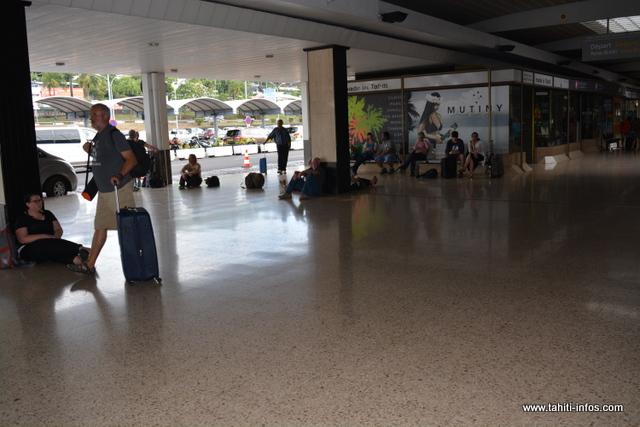 Après un diner à l'Intercontinental, des lits seront été installés, ce jeudi soir, pour les derniers passagers à la salle d'embarquement domestique.