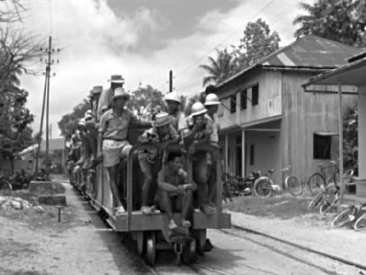 le train dans le village de Vaitepaoa 1959. Film Yves Allegret