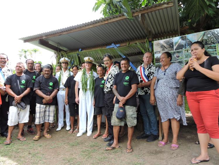 L'équipe municipale en compagnie du haut-commissaire et des familles s'occupant du jardin partagé de Erima.