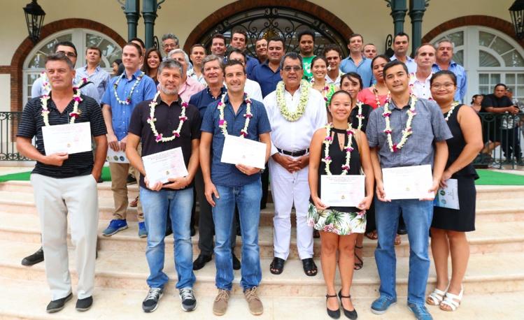 Tous les lauréats du concours de création et de développement des entreprises, au milieu des officiels dont les ministres de la Relance (Teva Rohfritsch) et de l'Environnement (Heremoana Maamaatuaiahutapu) et le Président Édouard Fritch.
