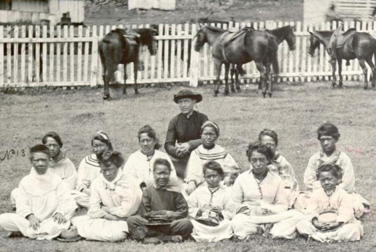 Damien, avant que la maladie ne le frappe (1870 probablement), au milieu de jeunes orphelines lépreuses à Kalaupapa.