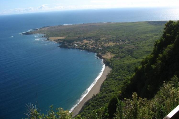 La péninsule de Kalaupapa aujourd'hui ; une léproserie y subsiste, abritant une quinzaine de malades non contagieux, soignés et choyés.