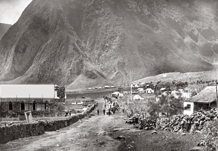 L'église Sainte-Philomène, sur le camp de Kalaupapa ; son clocher n'est pas encore achevé et le campement est très rudimentaire. 8 000 lépreux mourront à Molokai.