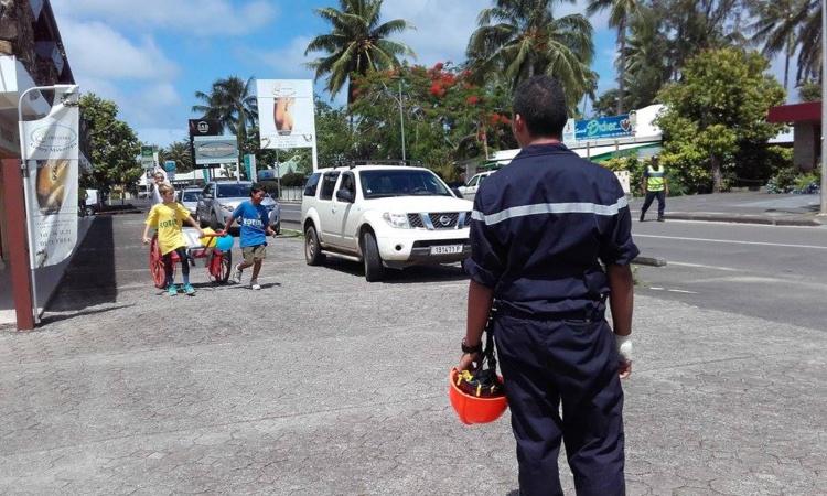 Les jeunes sapeurs-pompiers de Moorea ont fait le tour de l'île à pied avec des dévidoirs.