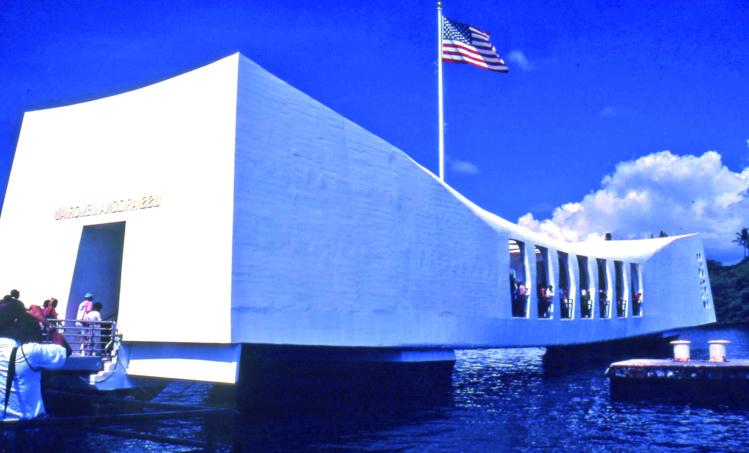 """Le mémorial de Pearl Harbour, construit au-dessus de l'épave du cuirassier """"USS Arizona"""" où reposent 1 177 marins."""