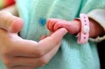 Un couple va congeler le cordon de son bébé pour le soigner plus tard, une première contestée