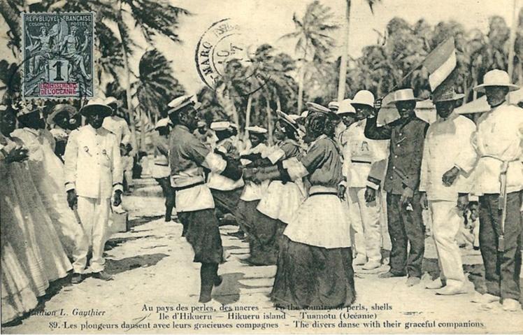 Les plongeurs dansent avec leur épouse pour le 14 juillet 1912, Hikueru, Photo Lucien Gauthier.