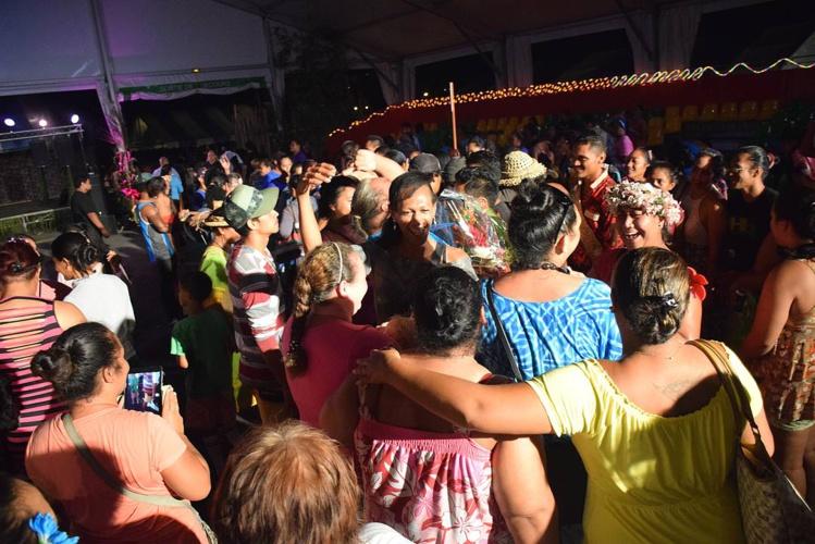 A l'annonce des résultats, familles et amis ont sauté de joie, se  lancant dans un tamure endiablé avec les vainqueurs !