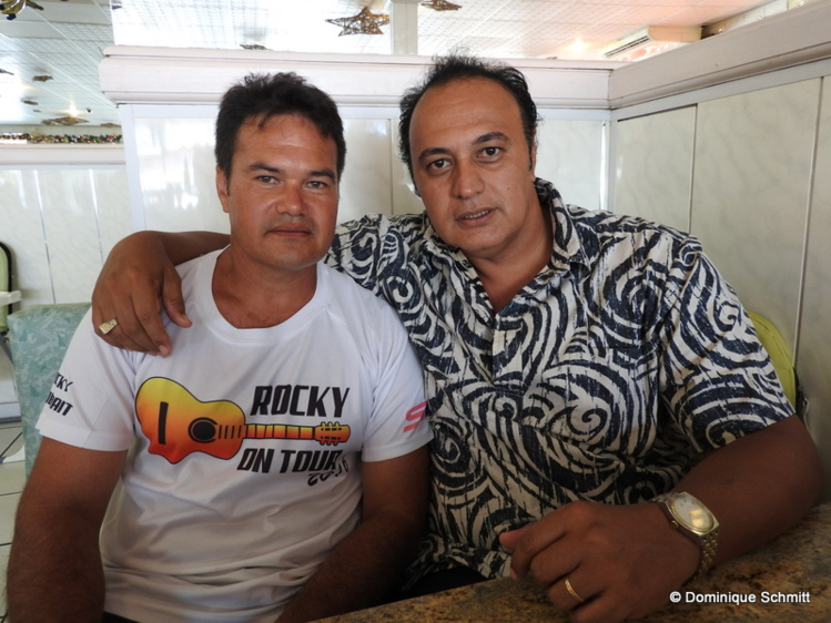 Le chanteur polynésien s'est entouré d'un technicien, Tahaki, chargé de la sono et de la vente des articles Elvis Presley.