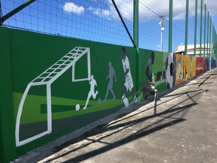 L'œuvre représente les différentes disciplines sportives proposées par les associations actives au sein du stade de Arue.