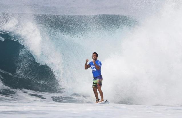 Surf Pro : Michel Bourez, magistral, remporte le Pipeline Master