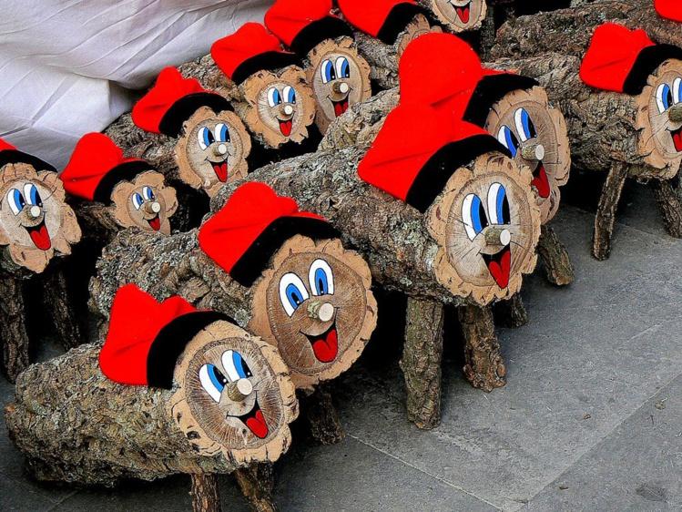 En Catalogne, les familles récupèrent une bûche de bois. Ils la découpent, la creusent et la peignent.