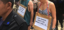 """Indonésie: """"marche de la honte"""" pour deux touristes accusés de vol"""