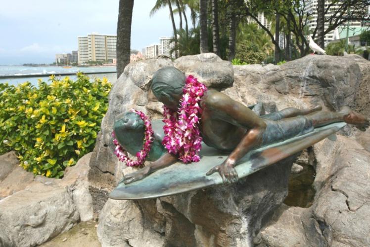 L'hommage au surf est omniprésent à Waikiki, y compris à travers les statues de bronze en bord de plage.