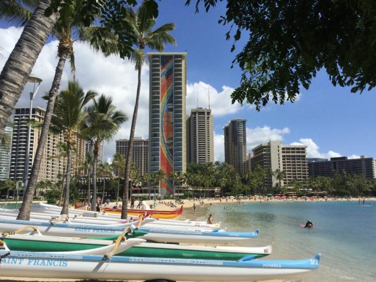 """La Rainbow Tower, phare de l'immense Hilton Village qui compte aujourd'hui un peu plus de 2600 chambres et 22 restaurants. Un """"Mahana Beach"""" à lui tout seul, qui ramène Tahiti et son parc hôtelier à bien peu de choses…"""