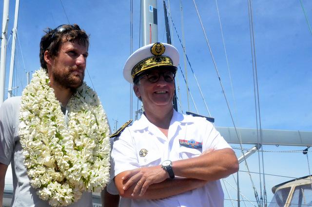 Paul Meilhat accompagné d'un contre-amiral  Denis Bertrand, commandant supérieur des Forces Armées en Polynésie française