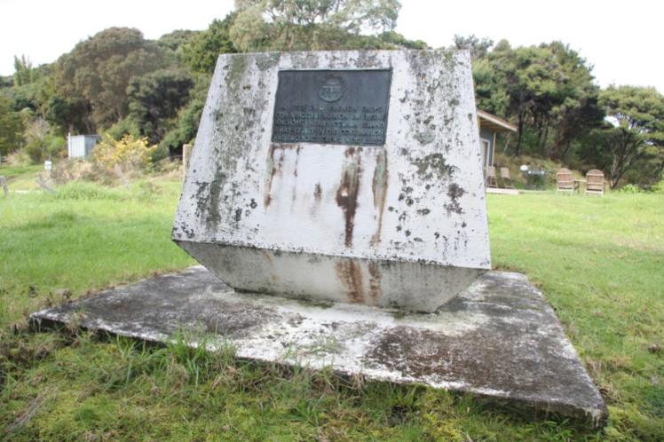 Un monument à la mémoire du navigateur français tué par les Maoris a été édifié à Bay of Islands, à l'endroit où il aurait été tué.
