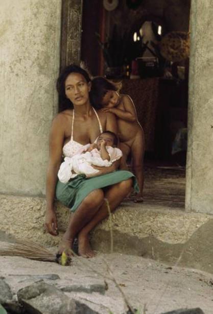 Mère et son enfant, Maupiti, photo George F. Mobley, 1979
