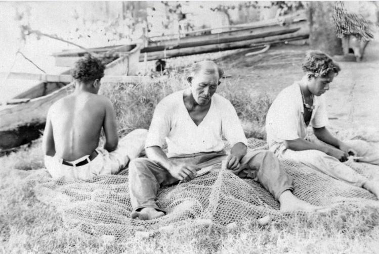 Pêcheurs-réparant-les-Filets, Tuamotu 1940.