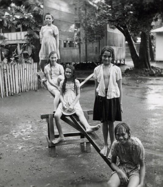 récréation sous la pluie à l'école-filles à Papeete- 1952.