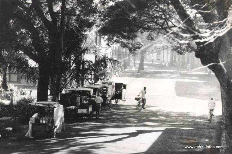 Les premières roulottes chinoises, rue du commerce à Papeete en 1932.