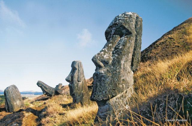 On comprend très bien que le moai Tuturi n'a pas grand-chose à voir avec les moai de la carrière, dont le design typique de Rapa Nui avait atteint un très haut degré de sophistication. Le tiki, quant à lui, semble avoir été réalisé en peu de temps et par des personnes extérieures à l'île de Pâques.